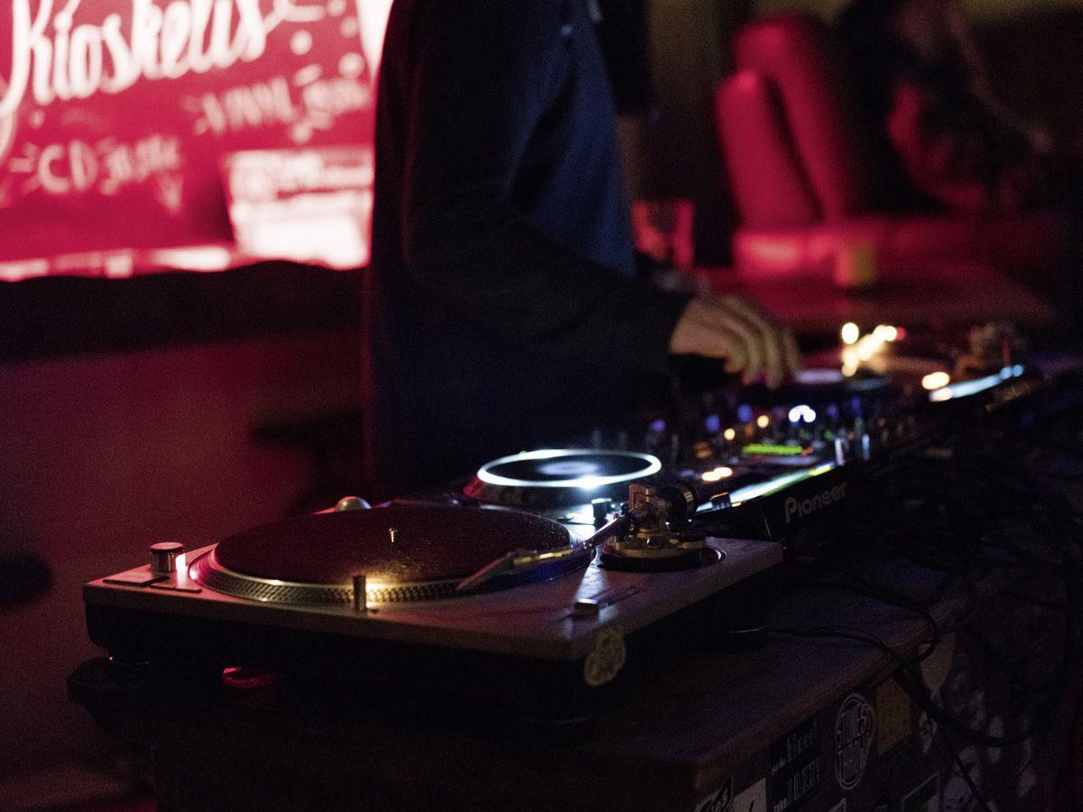 DJ beim Auflegen im S-Club