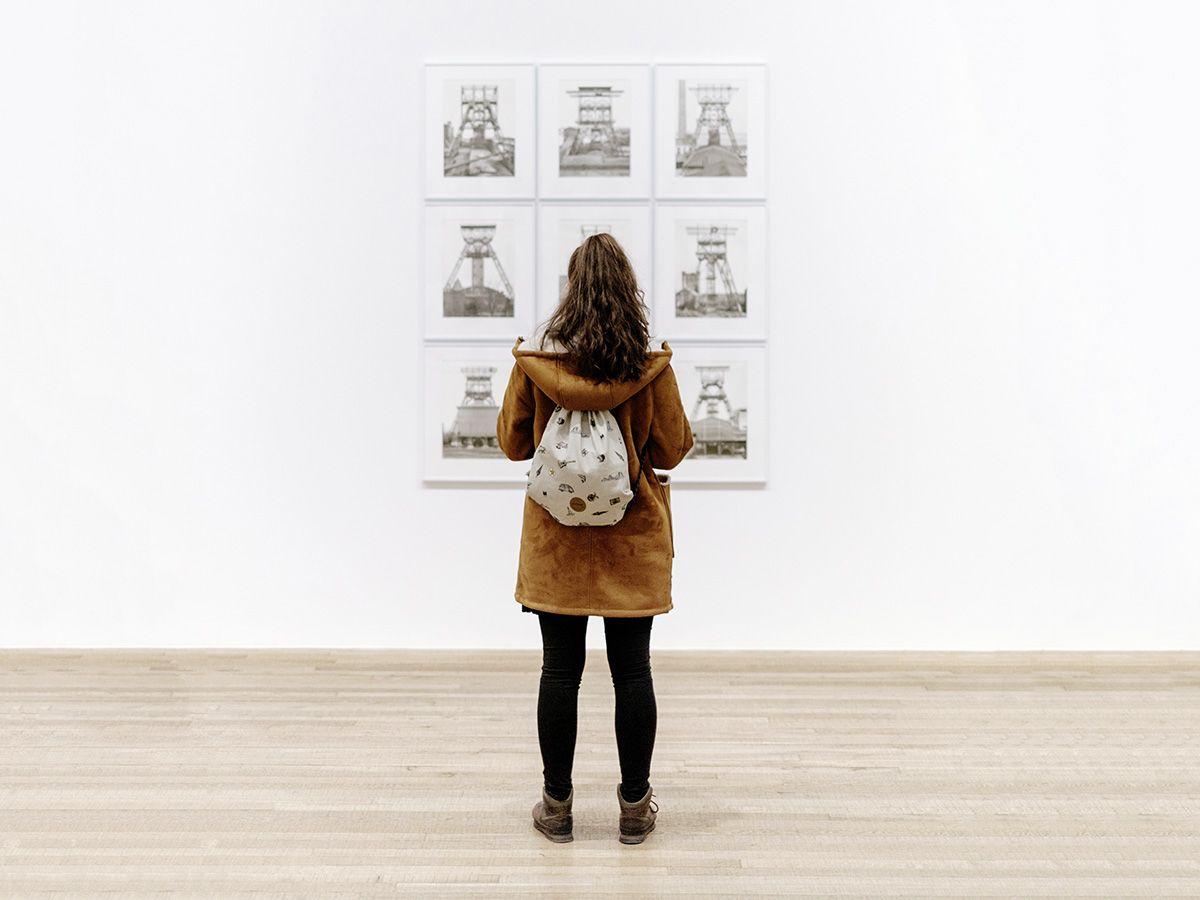 Studentin vor einer Bilderstrecke im Vonderau Museum