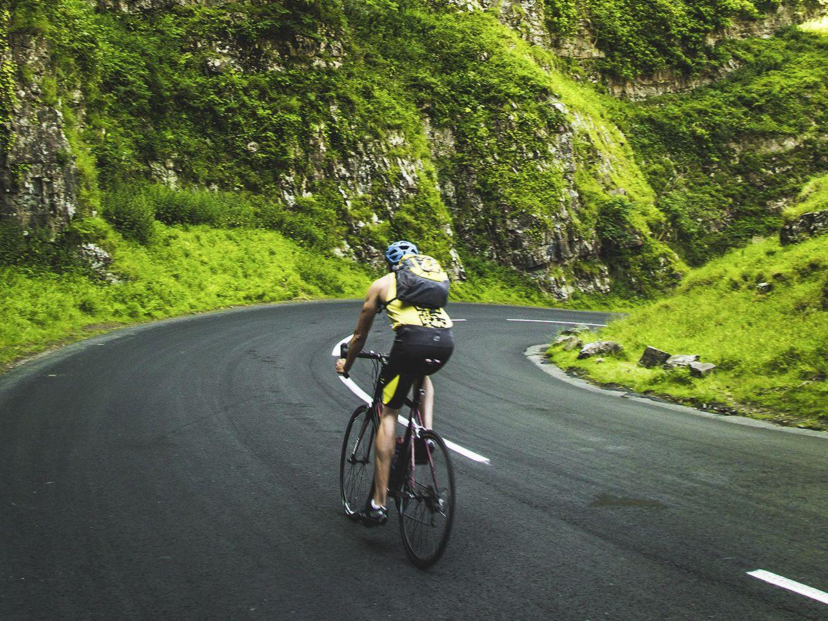 Rennradfahrer bei Berg- und Talfahrt in der Rhoen